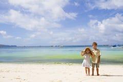 2 дет - мальчик и девушка - на тропическом пляже Стоковое Изображение RF