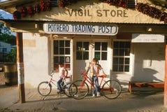 2 дет на велосипедах Стоковые Изображения