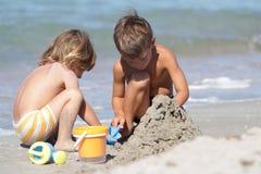 2 дет на пляже песка Стоковое Изображение