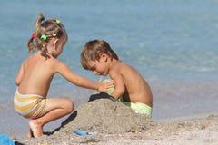 2 дет на пляже песка Стоковые Фотографии RF