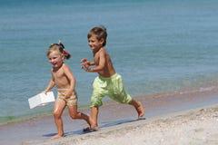 2 дет на пляже песка Стоковое Изображение RF