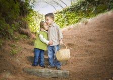 2 дет при корзина обнимая снаружи на шагах Стоковые Фото