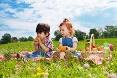 2 дет сидя на пикнике Стоковые Фото