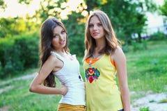 2 довольно кавказских подруги Стоковое Изображение RF