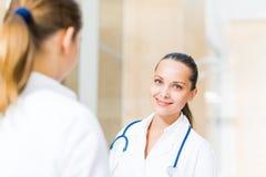 2 доктора говоря в лобби Стоковая Фотография RF
