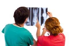 2 доктора имея медицинскую консультацию изображения рентгеновского снимка. Стоковое Фото