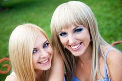 2 друз маленькой девочки в парке Стоковые Изображения