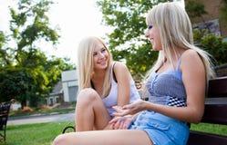 2 друз маленькой девочки в парке Стоковое Изображение RF