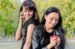2 друз наслаждаясь днем в парке Стоковое Изображение RF