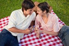 2 друз ся к одину другого во время пикника Стоковое Изображение