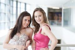 2 друз с покупками Стоковая Фотография