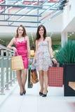 2 друз с покупками Стоковое Изображение