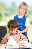 2 друз preschool мыжского и женского Стоковые Фото