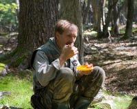 2 едят томат человека Стоковые Фотографии RF