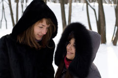 2 женских друз гуляя в парк Стоковые Изображения