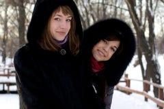 2 женских друз гуляя в парк Стоковые Фотографии RF