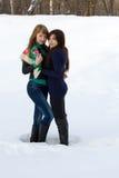 2 женских друз гуляя в парк Стоковые Изображения RF