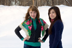 2 женских друз гуляя в парк Стоковое Изображение RF