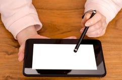 2 женских руки и компьютер таблетки Стоковые Изображения RF