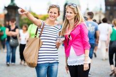 2 женских туриста гуляя вдоль моста Карла Стоковая Фотография RF