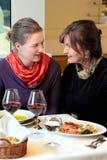2 женщины беседуя в ресторане Стоковое Изображение