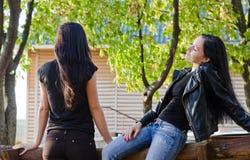 2 женщины беседуя outdoors Стоковая Фотография