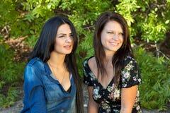 2 женщины вытаращась на что-то или кто-то Стоковая Фотография RF