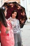 2 женщины в городе Стоковые Изображения RF