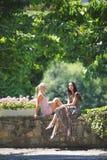 2 женщины в парке Стоковые Изображения RF
