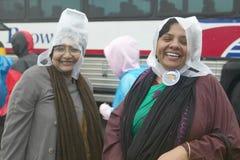 2 женщины в пластичных шлемах дождя Стоковые Изображения