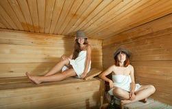 2 женщины в sauna Стоковые Изображения