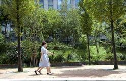 2 женщины гуляя в Сеул, Корею. Стоковое Фото