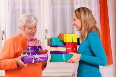 2 женщины дают подарки к одину другого Стоковые Фото