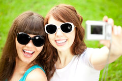 2 женщины, друзья, outdoors   Стоковая Фотография RF