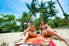 2 женщины имея потеху на пляже Стоковые Фотографии RF
