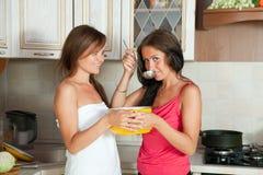 2 женщины испытывая суп Стоковая Фотография RF