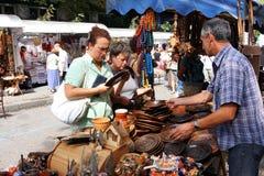 2 женщины ища сувенир Стоковое Изображение