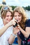 2 женщины красотки смотря экран камеры Стоковые Изображения