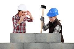 2 женщины ломая стену Стоковое Изображение