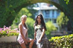 2 женщины над предпосылкой парка Стоковое фото RF