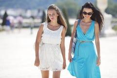 2 женщины над предпосылкой улицы Стоковое Фото