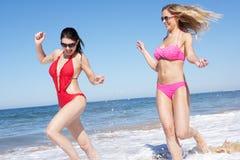 2 женщины наслаждаясь праздником пляжа Стоковое Фото