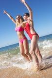 2 женщины наслаждаясь праздником пляжа Стоковое Изображение RF