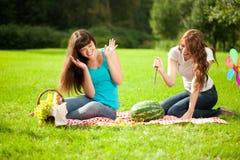 2 женщины на пикнике с арбузом Стоковое фото RF