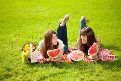 2 женщины на пикнике с арбузом Стоковые Изображения