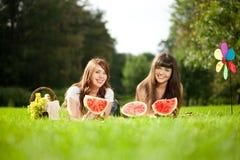 2 женщины на пикнике с арбузом Стоковая Фотография