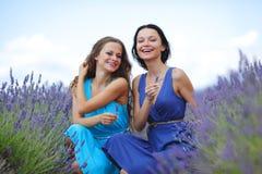 2 женщины на поле лаванды Стоковое фото RF