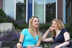 2 женщины ослабляя беседовать Стоковая Фотография