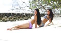 2 женщины ослабляя на пляже Стоковые Фотографии RF