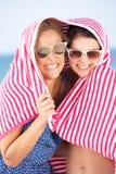 2 женщины от Sun на празднике пляжа Стоковое Изображение